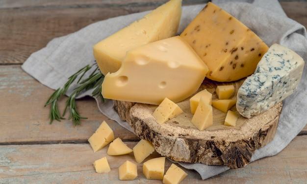 テーブルの上のクローズアップおいしい伝統的なさまざまなチーズ