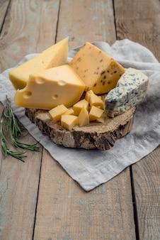 テーブルの上のチーズのおいしい伝統的な品揃え