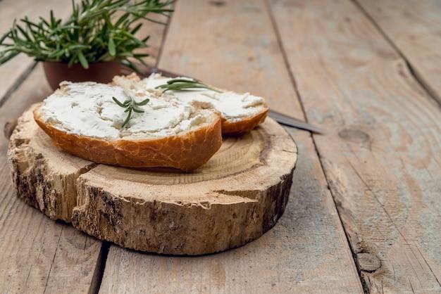 上においしいチーズとクローズアップのパンのスライス