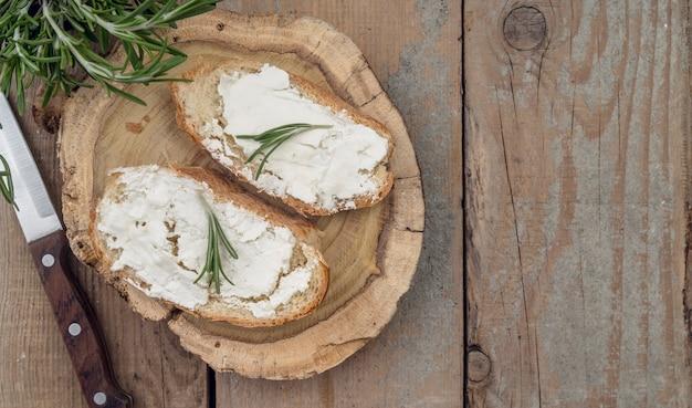 テーブルの上のチーズとトップビューのパンのスライス