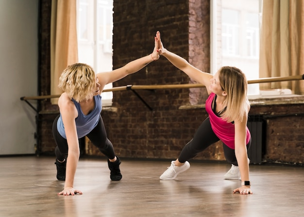 Красивые взрослые женщины тренируются вместе