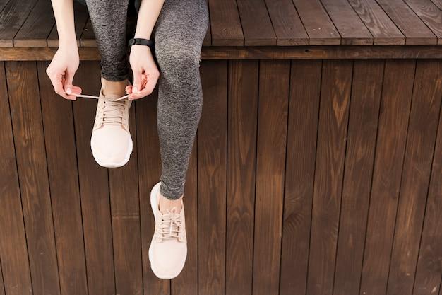 Крупным планом женщина в спортивной одежде в тренажерном зале