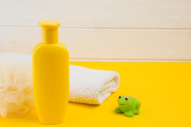 Высокий угол бутылки и полотенца для детского душа