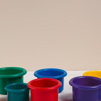 Высокий угол разноцветных чашек для детского душа