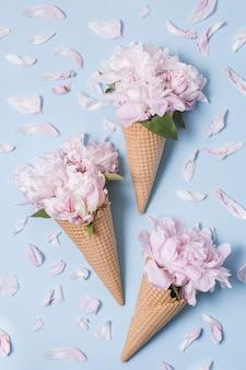花トップビューの花束と抽象的なアイスクリーム