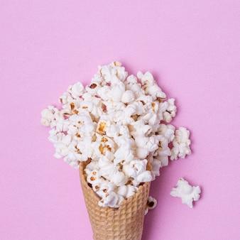 塩味のポップコーンと抽象的なアイスクリームコーン
