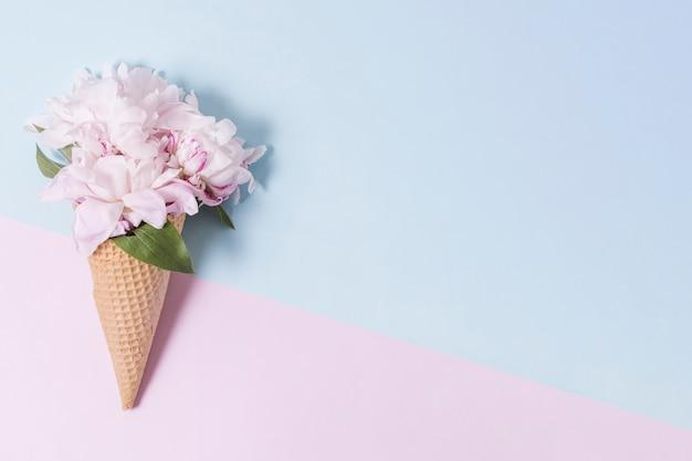 花の花束と抽象的なアイスクリームコーン