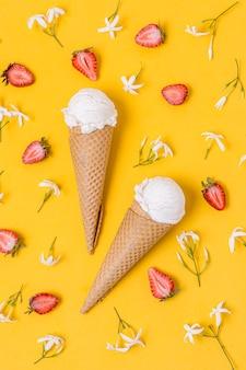 Белый ванильный шарик мороженого с конусом
