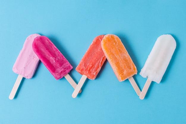 自家製のカラフルなポップシクルアイスクリームフラットレイアウト
