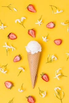 Вид сверху мороженое с ванильным вкусом и клубникой