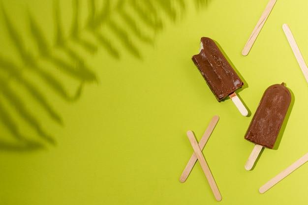 Домашнее мороженое эскимо и тени растений