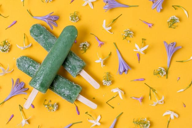 Домашнее эскимо мороженое и цветы