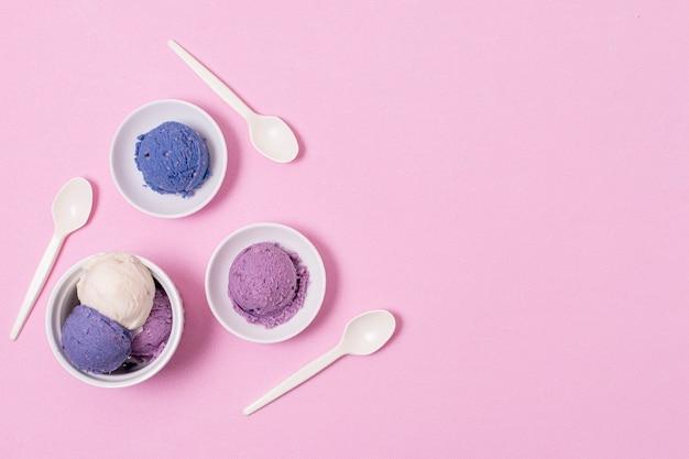 Тарелки и миску с мороженым с копией пространства