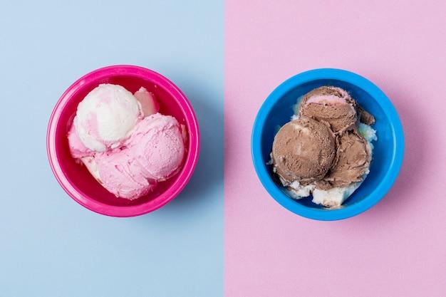 アイスクリームが入った対照的なピンクとブルーのボウル