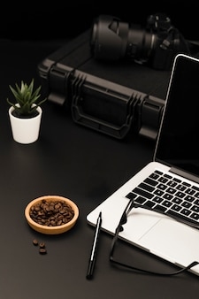 ノートパソコンとカメラを備えた高角度のデスクトップ