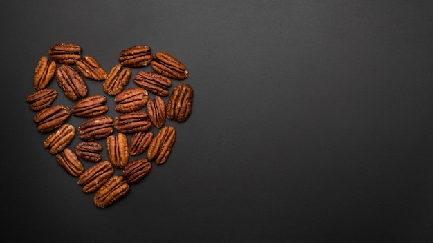 Вид сверху орехов в форме сердца с копией пространства
