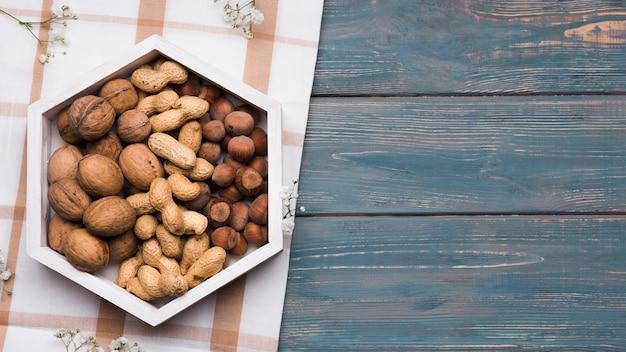 Вид сверху смешанных орехов с копией пространства
