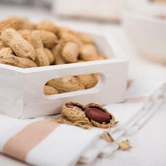Крупный план арахис на деревянный стол