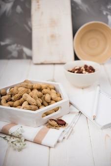 木製のテーブルにクローズアップピーナッツ