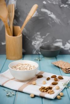 Крупный план мюсли в миску с орехами