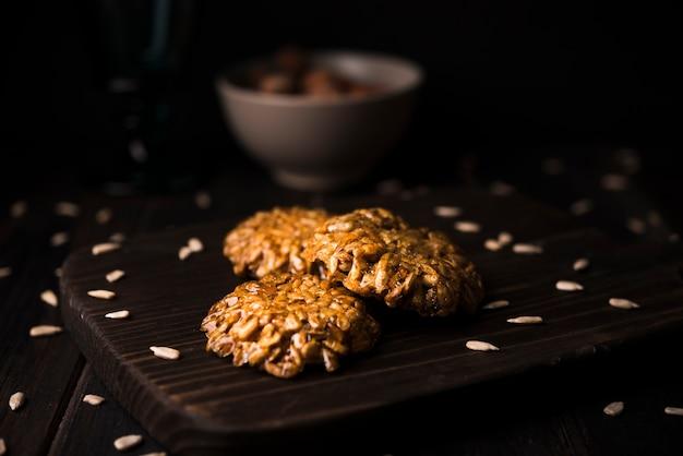 木の板にクローズアップミューズリークッキー