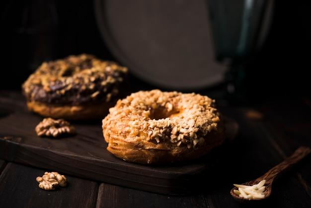 Печенье крупным планом на деревянной доске