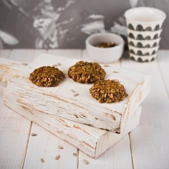 木の板にクローズアップクッキー