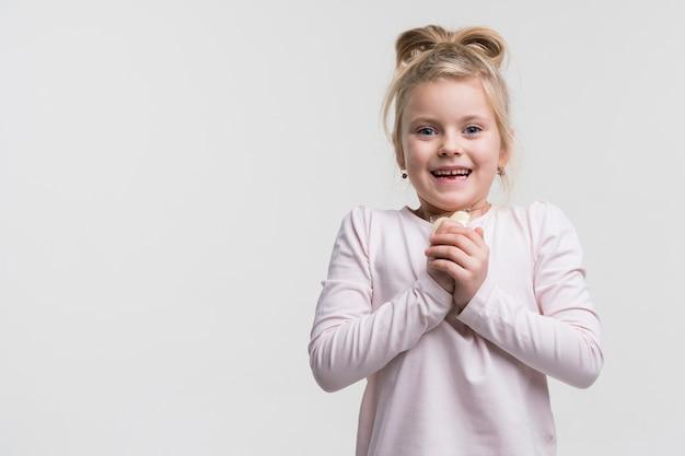 笑っている愛らしい若い女の子