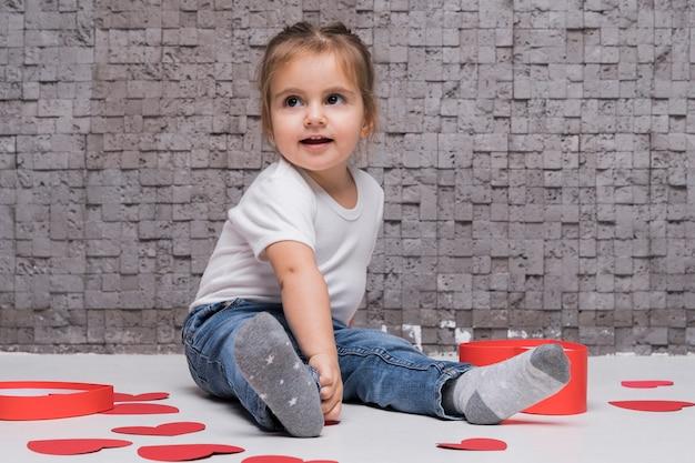 Портрет очаровательны маленькая девочка играет