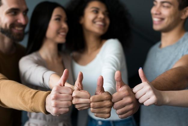 Крупным планом молодые люди, показывает палец вверх