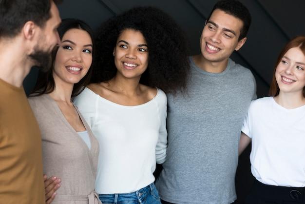 クローズアップ美しい若い人たちが団結