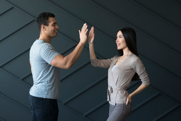 Взрослый мужчина и молодая женщина готовы к высокой пятерки