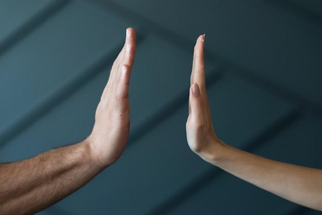 Макро руки готовы к высокой пятерки