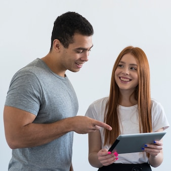 Красивый мужчина и молодая женщина, совместной работы