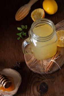 自家製の新鮮なレモネードが付いているクローズアップ瓶