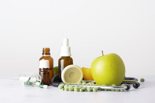 テーブルの上の油と薬のクローズアップボトル