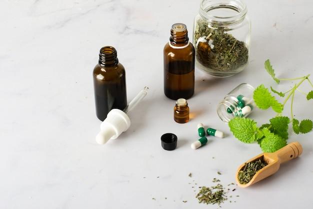 クローズアップ医学とテーブルの上の丸薬