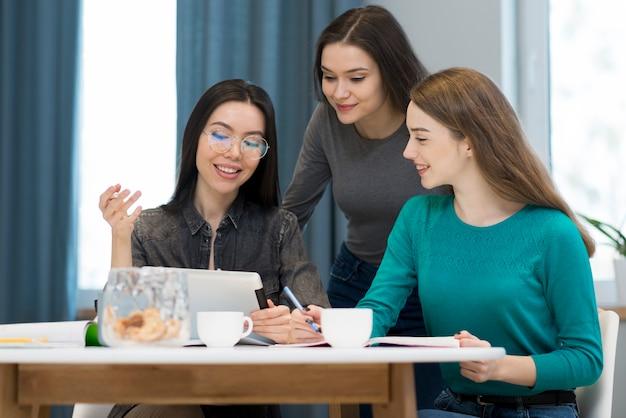 Красивые молодые женщины, работающие вместе