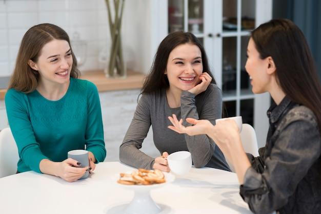 Группа взрослых женщин, пьющих кофе дома