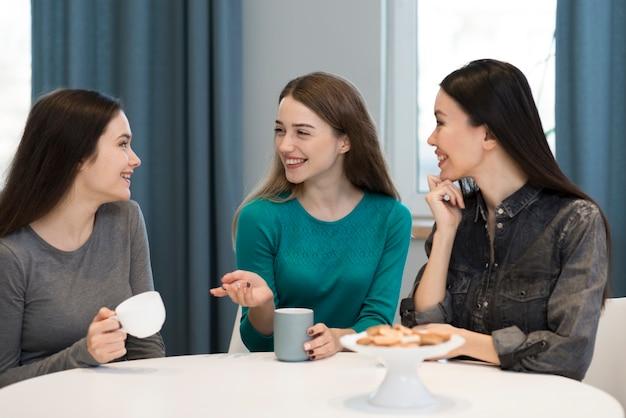 朝のコーヒーを楽しんでいる大人の女性のグループ