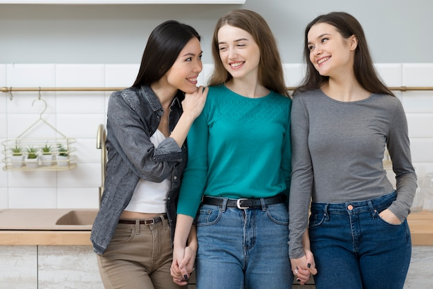 フロントビューかなり若い女性が一緒にリラックス