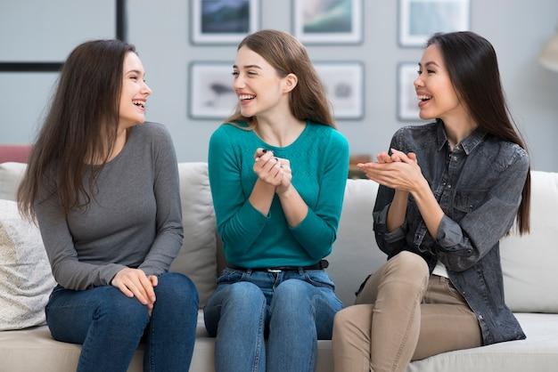 一緒に幸せな若い女性のグループ