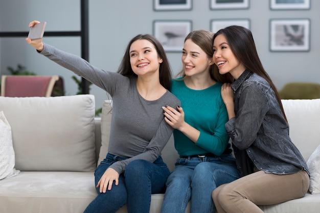 一緒に写真を撮る若い女性のグループ