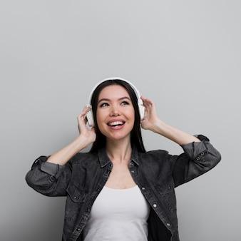 Портрет молодой женщины, слушая музыку
