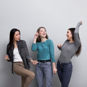 Прелестные молодые женщины счастливы вместе