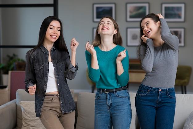 Группа веселых молодых женщин вместе