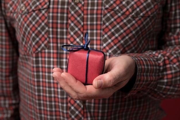 小さな贈り物を持っているお父さん