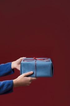 ささやかな贈り物を保持している女性