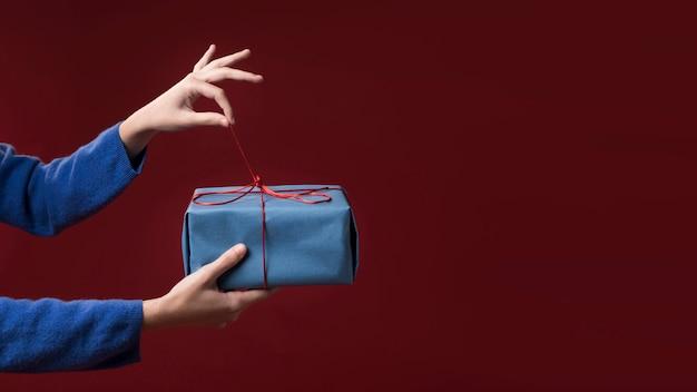 Женщина держит маленький подарок