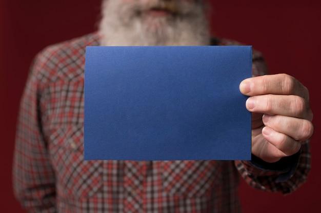 父の日グリーティングカードを保持しているお父さん